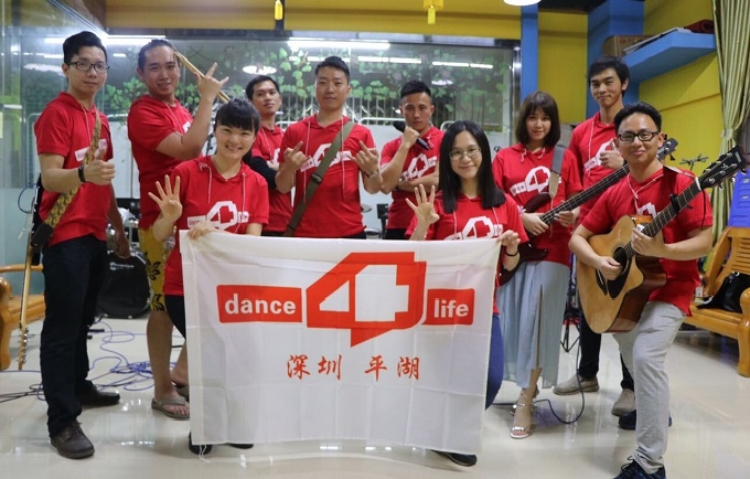Hu Lan (third to the left) launched China's first Dance4Life young pioneer band  for promoting youth sexual and reproductive health.