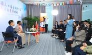 """一位青年学生代表向卡内姆博士分享参与联合国人口基金""""一带一路""""青年领导力项目的个人故事。图片来源:北方国际大学联盟"""