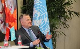 联合国人口基金亚太区域办主任安德森在北京大学医学部回答青年学生问题。图片:联合国人口基金驻华代表处